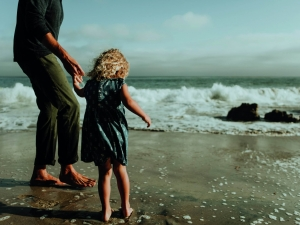 father-and-daughter-at-a-beach-6afkhd2